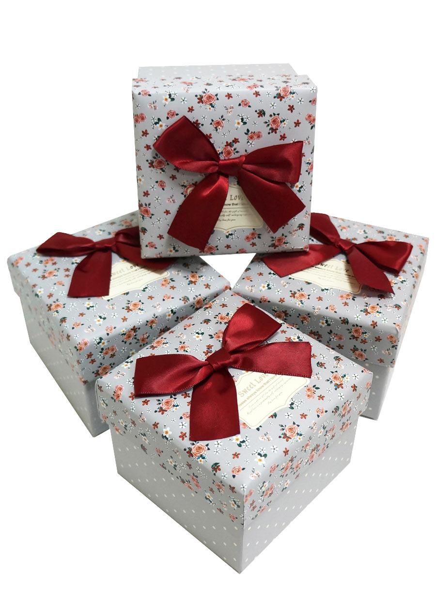 Маленькие подарки в коробке 24